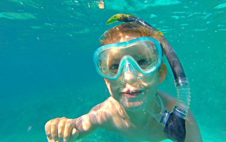 Nuotare al mare con bambini