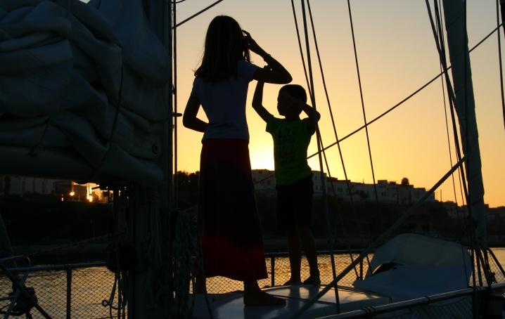 Famiglia in barca, pronta per la traversata oceanica