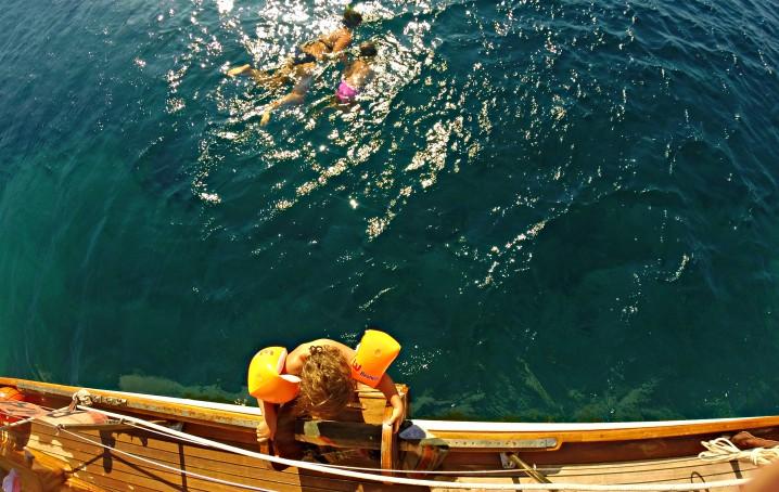 Scendere dalla barca con bambini