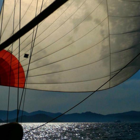sardegna in barca a vela: issare le vele