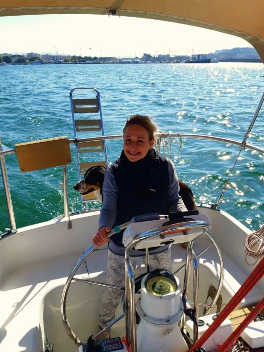 laura in barca con il cane