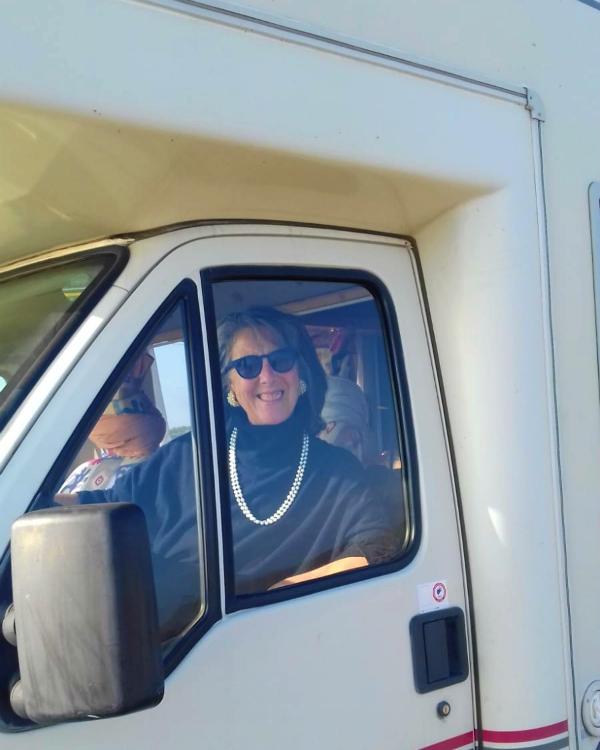 Carmela alla guida del suo camper