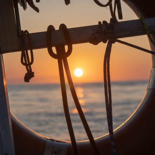 Vista dall'oblò di una barca a vela