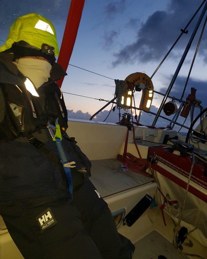 Fine del turno di notte in barca a vela