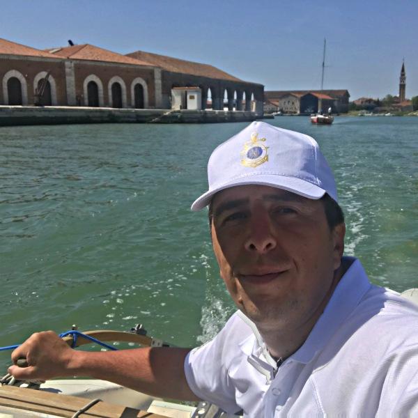 Marco parte da Venezia per il giro d'Italia in trimarano