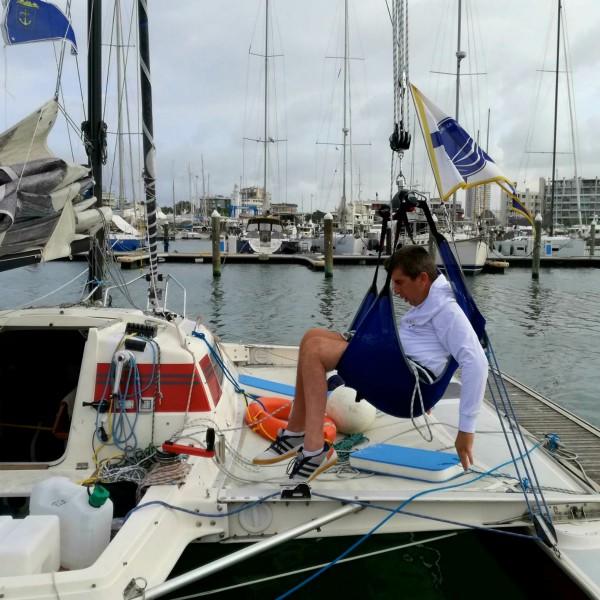 Marco sale e scende dalla barca con un paranco