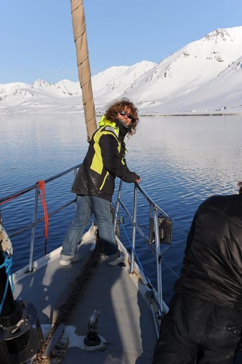 In barca alle Svalbard: Laura a prua