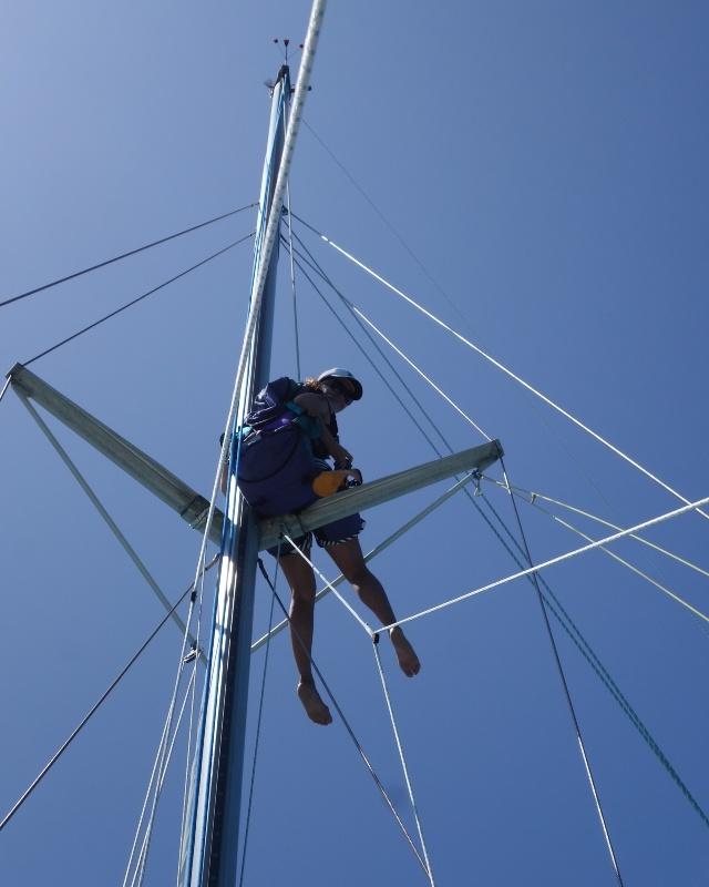 Stefania in testa d'albero su un catamarano nel Qeensland